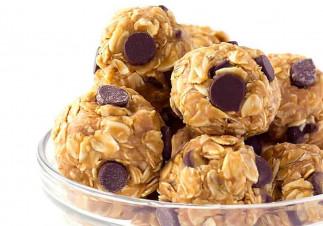 Boules d'énergie à l'avoine et beurre d'arachides (4 ingrédients)