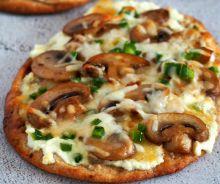Pizza aux champignons et jalapeno sur pain naan