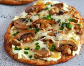 Cette pizza aux champignons et jalapeno sur pain naan est un vrai délice!