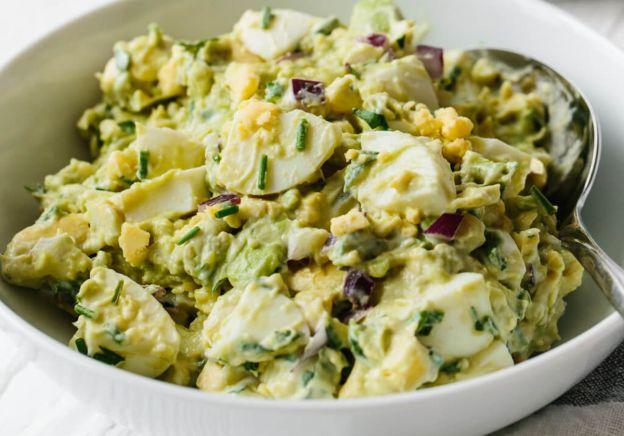 Une recette parfaite de salade aux œufs et à l'avocat!