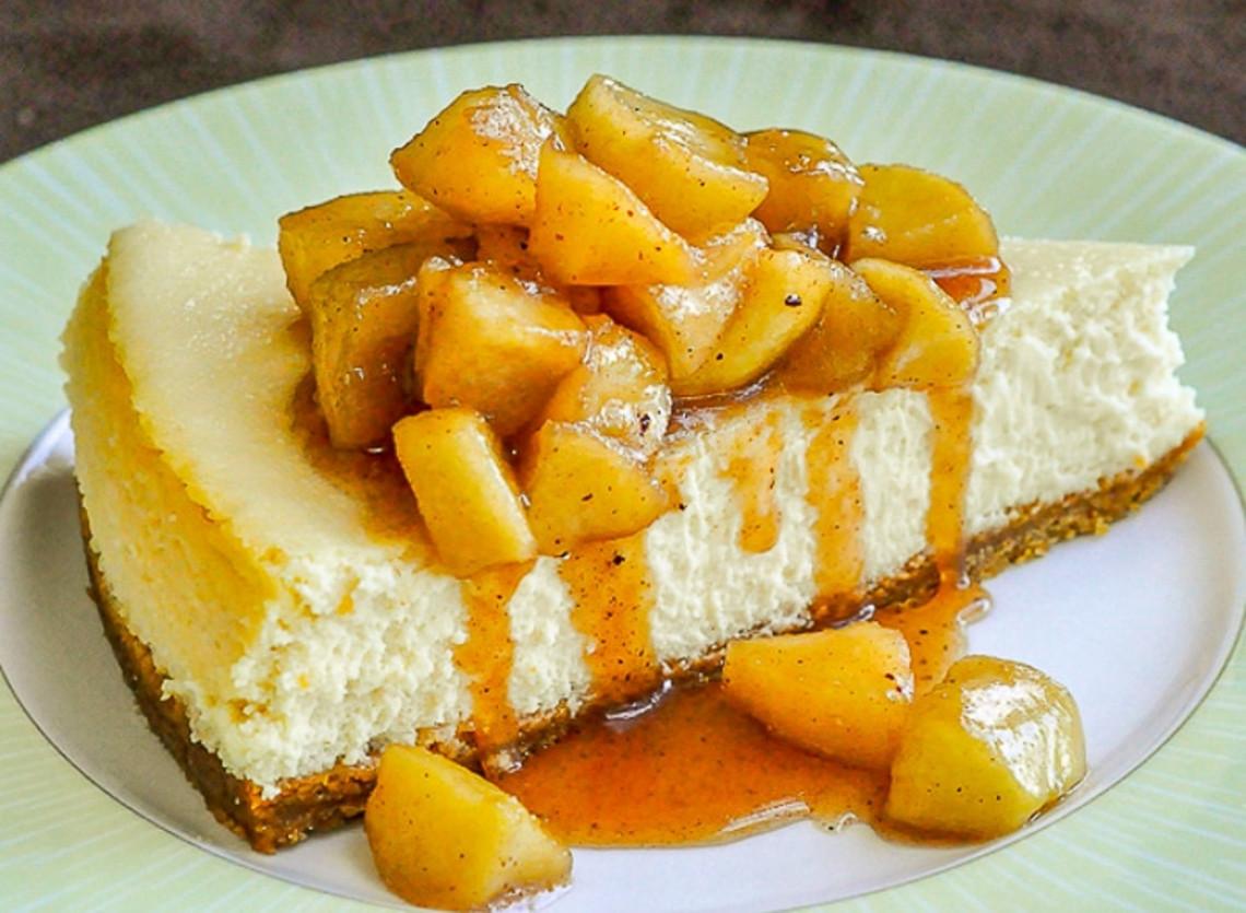Un gâteau au fromage à l'érable et aux pommes typiquement québécois!