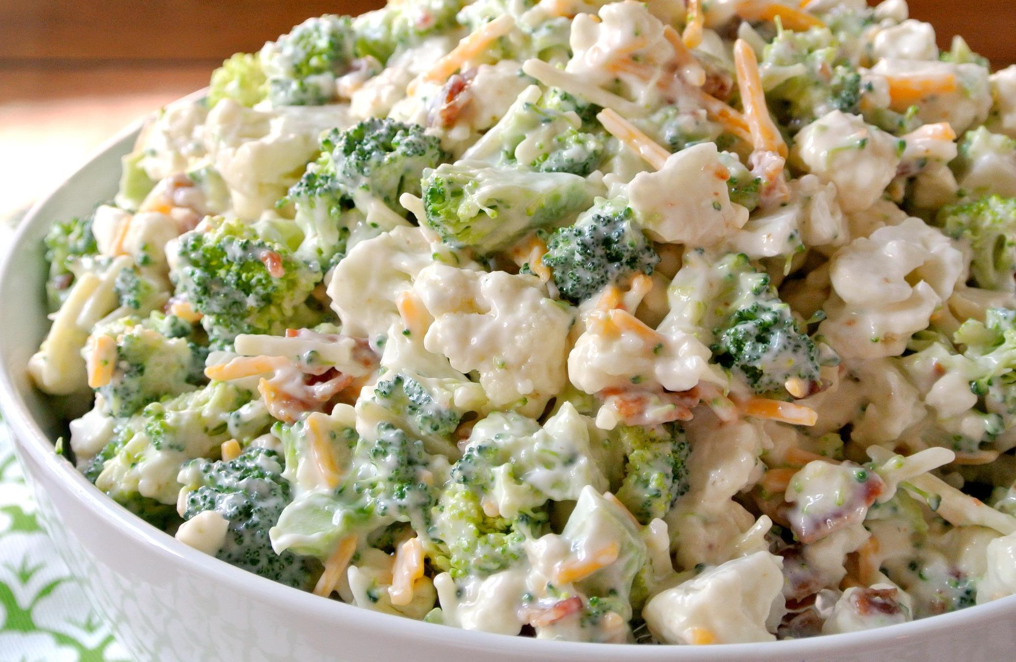 Oh miam, cette salade de brocoli et chou-fleur est crémeuse et délicieuse!