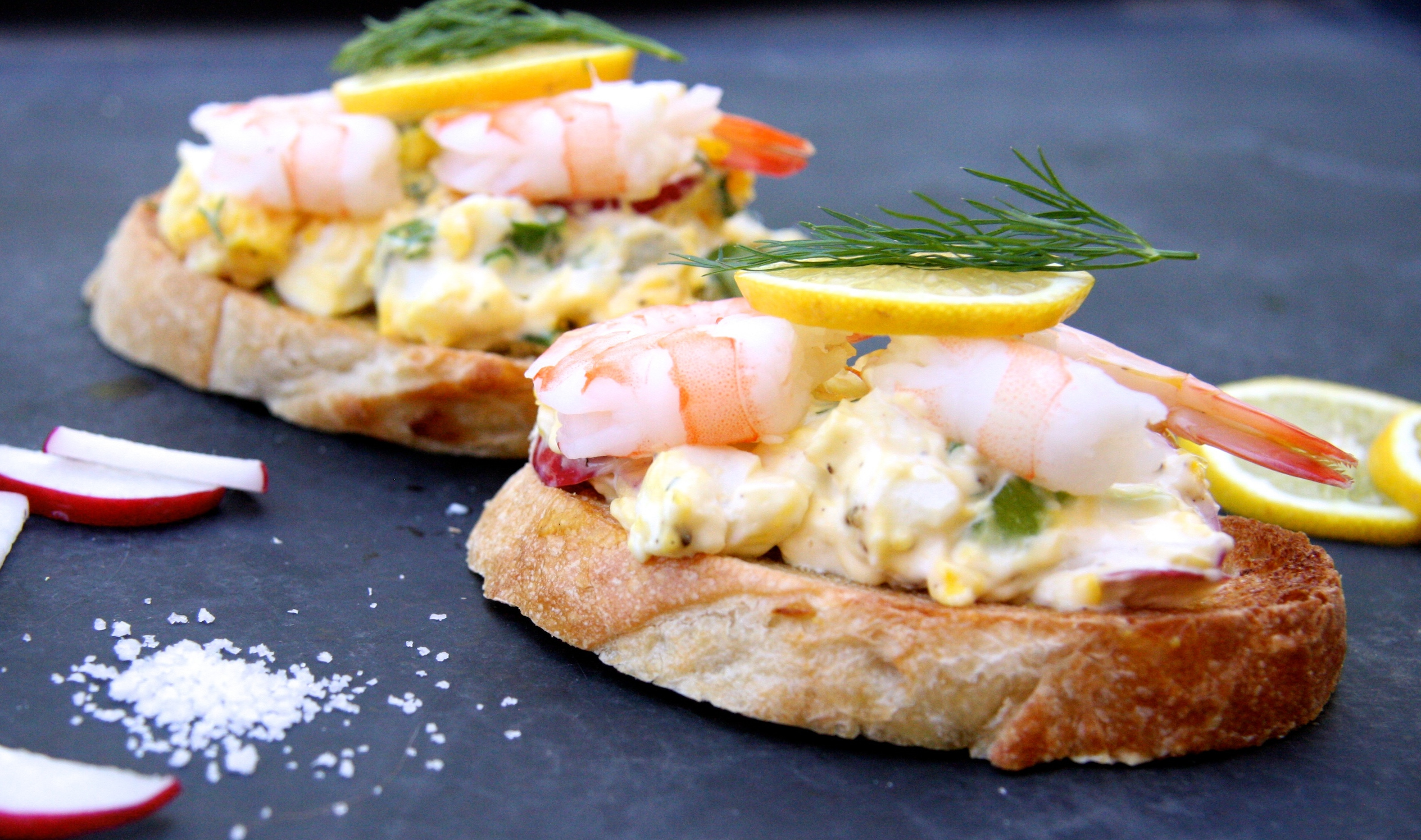 Ces tartines de salade aux œufs et crevettes sont absolument délicieuse :)