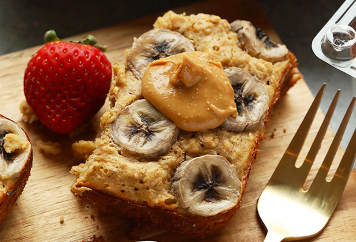 Une délicieuse recette de gâteau à l'avoine, beurre d'arachides et bananes!