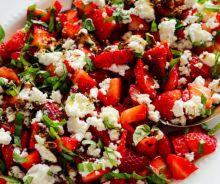 Salade de fraises, basilic et fromage de chèvre