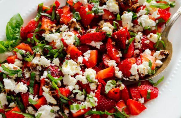 La délicieuse recette de salade de fraises, basilic et fromage de chèvre!