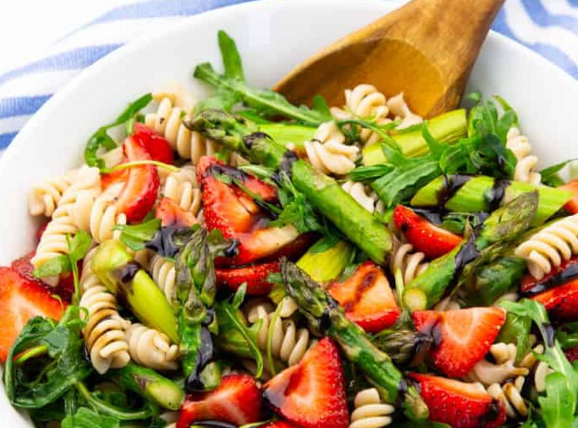 La recette facile de salade de pâtes aux fraises et asperges!