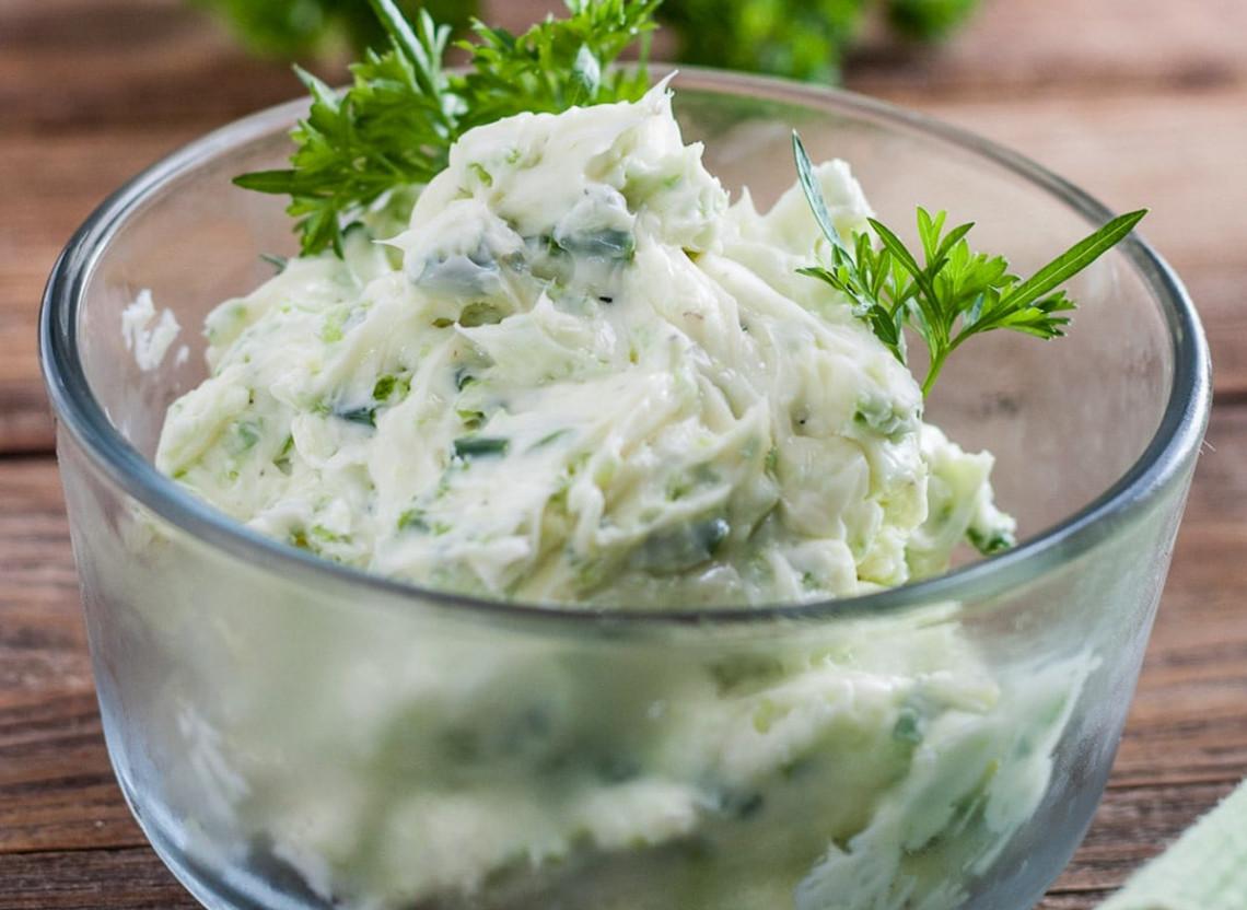 La recette facile de beurre aux herbes et à la fleur d'ail!