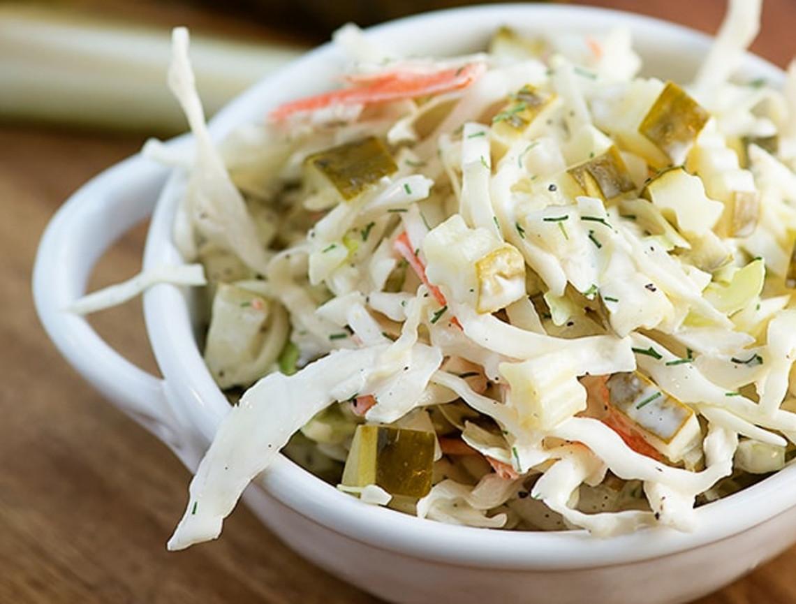 Une recette facile et délicieuse de salade de chou aux cornichons!