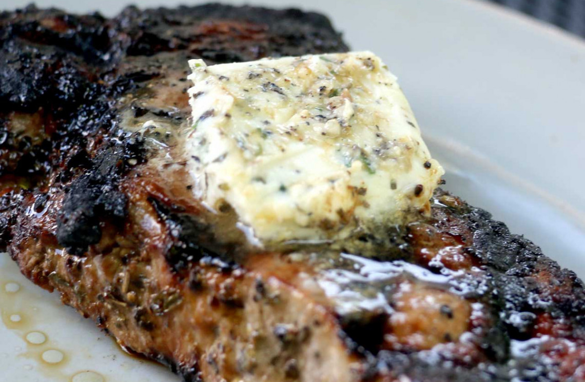 La recette de beurre à l'ail et au fromage bleu pour les steaks!