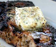 Beurre à l'ail et au fromage bleu pour les steaks