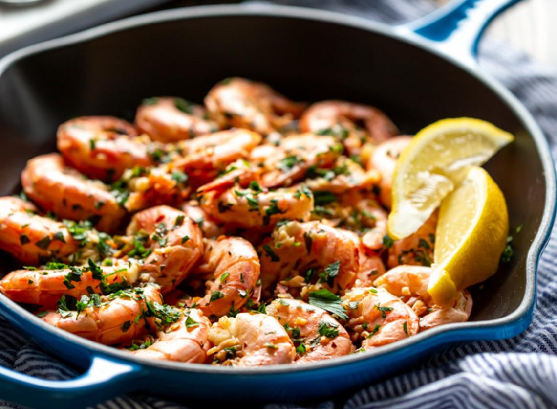 La meilleure recette de crevettes au beurre à l'ail (Super simple et rapide!)