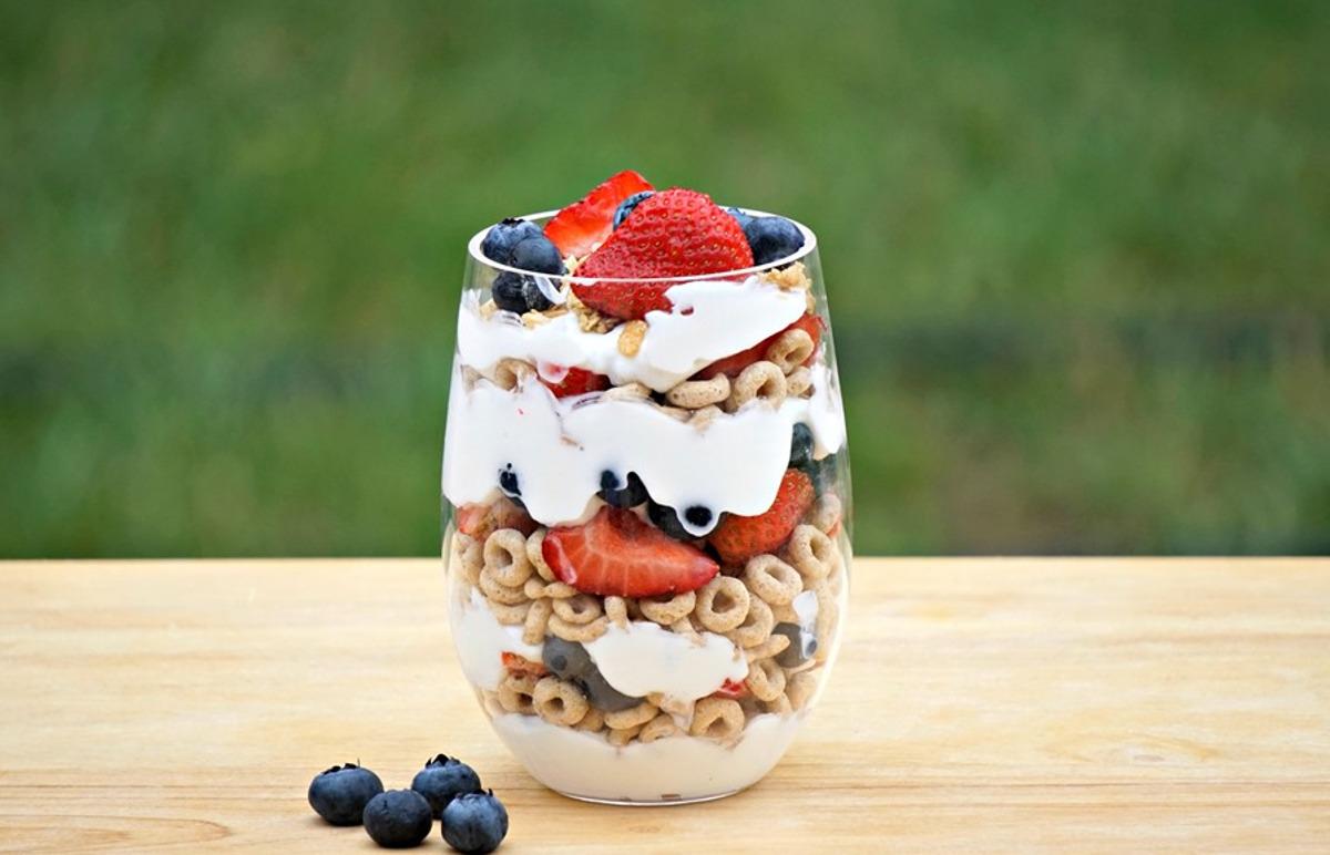 La meilleure recette de yogourt au Cheerios et petits fruits!