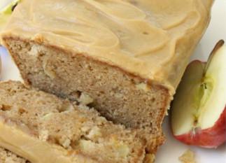 Ce pain crémeux aux pommes et caramel est la recette de l'automne... Miam!
