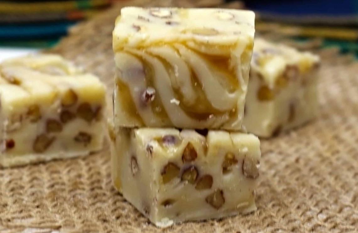 Recette facile de fudge au chocolat blanc, caramel et pacanes