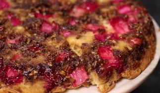 Ce gâteau renversé à la rhubarbe est le dessert parfait de la saison!