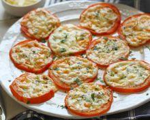 Les tomates gratinées au Parmesan sont un pur délice (Et facile à faire!)